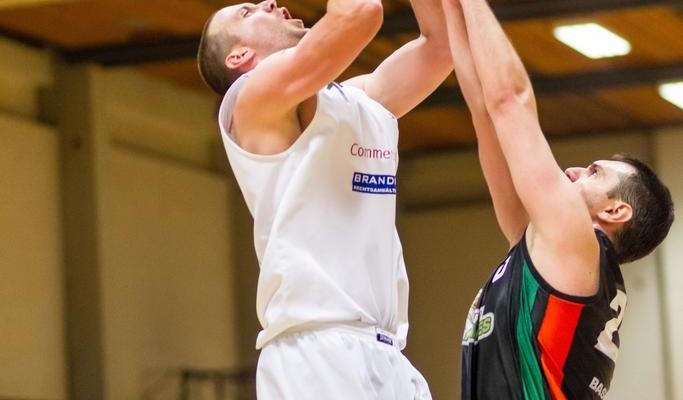 05.12.2015 Basketball 2.Bundesliga GD 11.Runde BKM Rocks vs. Basket Flames  Bild zeigt: Corey HALLETT (16) Vladimir Gavranic (20)   Copyright Pictorial / M.Proell  office@pictorial.at www.basketball.pictorial.at